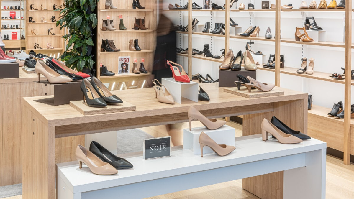 Footwear store nesting table display for shoe display